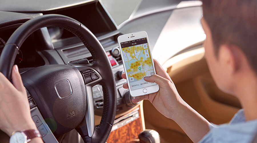 A driver opening up the Didi app on his smartphone