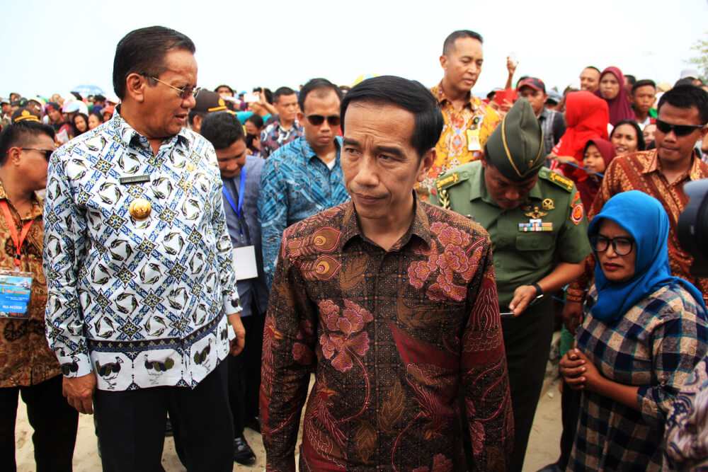jokowi walking amongst the crowd