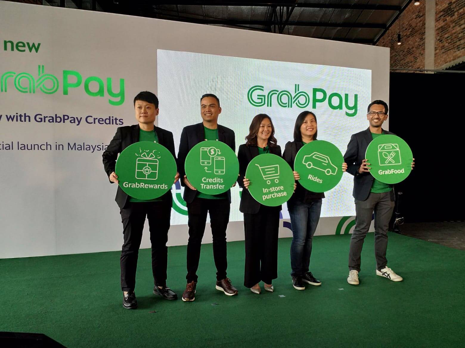 grab executives posing for a photo during the launch of grabpay in malaysia