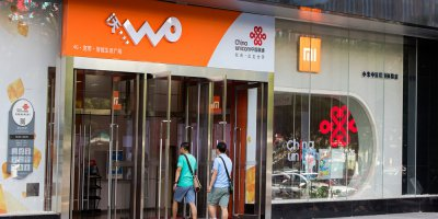 two customers walking into a china unicom storefront